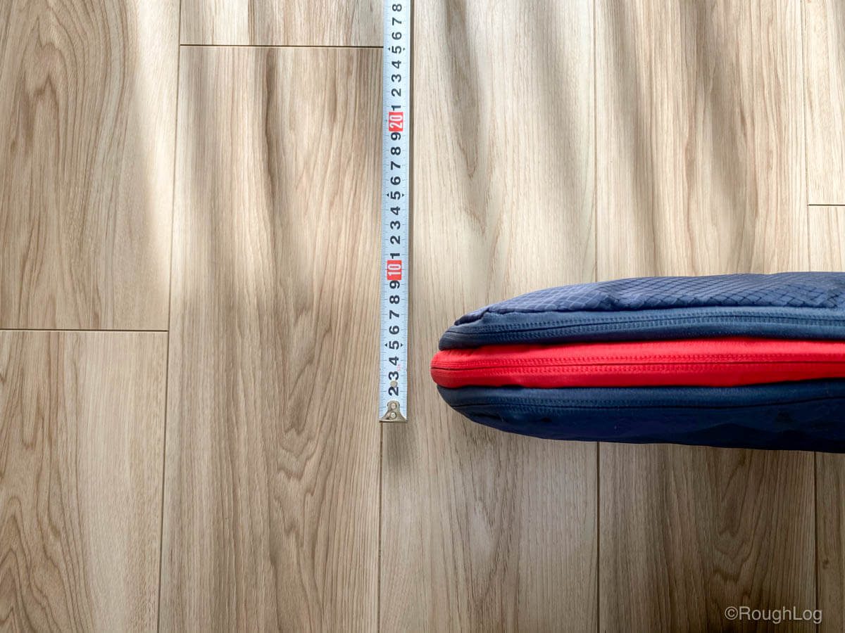 KINGOODS 圧縮バッグの両サイドにある収納スペースに衣服を入れたらファスナーを閉じるだけで約50%圧縮する