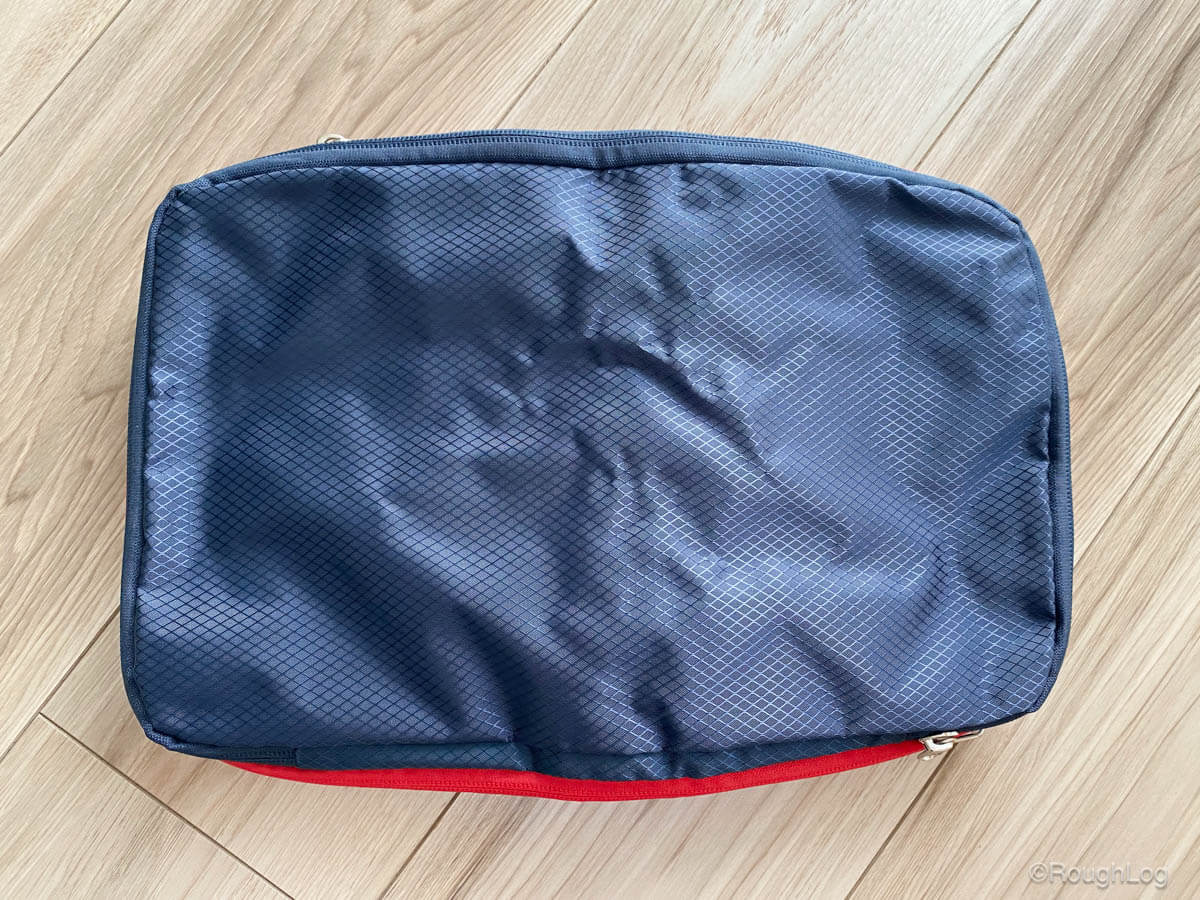 圧縮バッグの外側は防水素材が使われているので、旅行先で万が一水がかかってしまっても安心です。