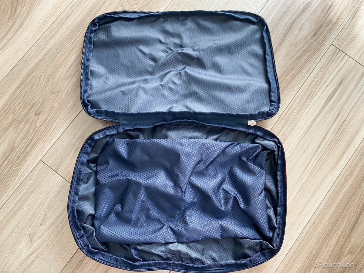 両サイドの収納スペースはファスナーを開けるとフラットに開くので衣服を収納しやすい