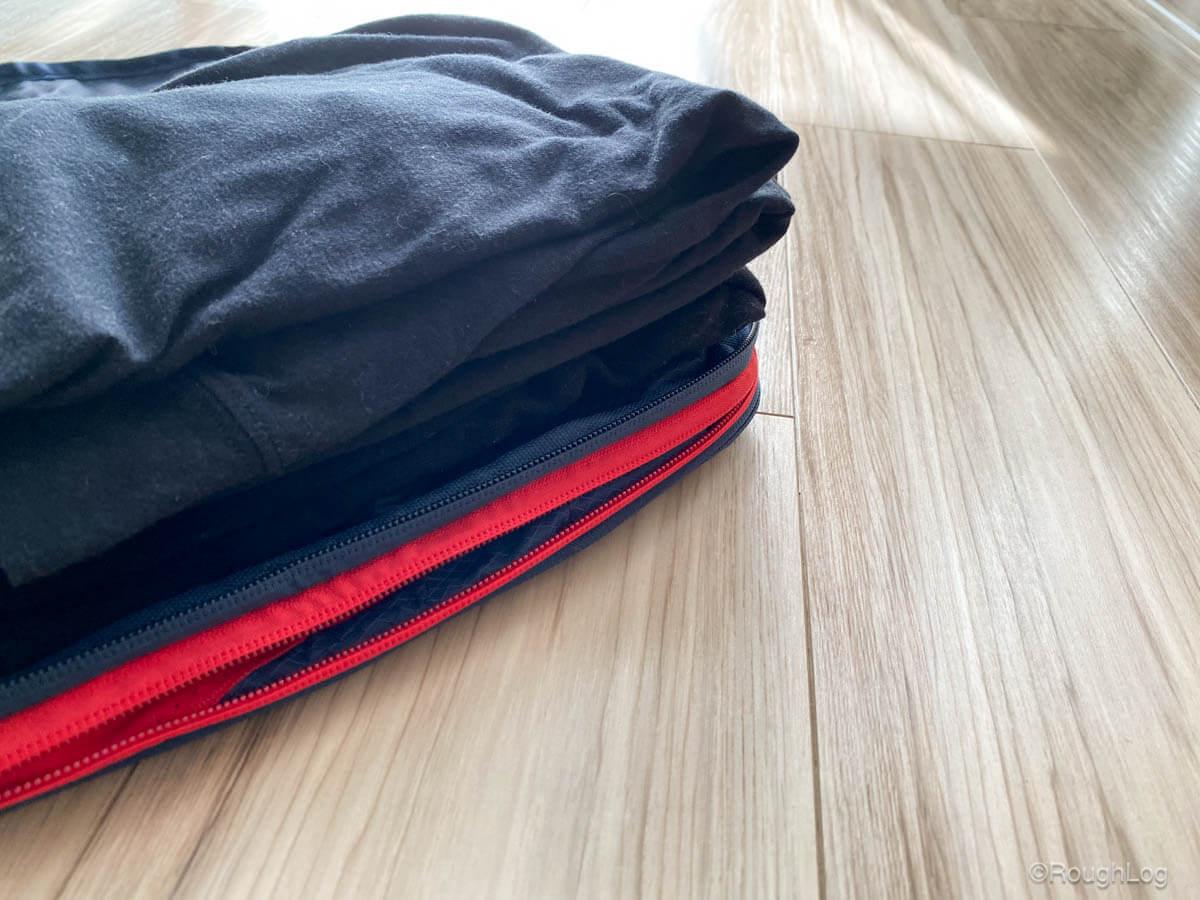 見た目はコンパクトですが、薄手のTシャツなら8枚ぐらい入れようと思えば収納できます。小旅行・出張でしたら、この圧縮バッグひとつでインナー・下着・靴下などの収納に困りません