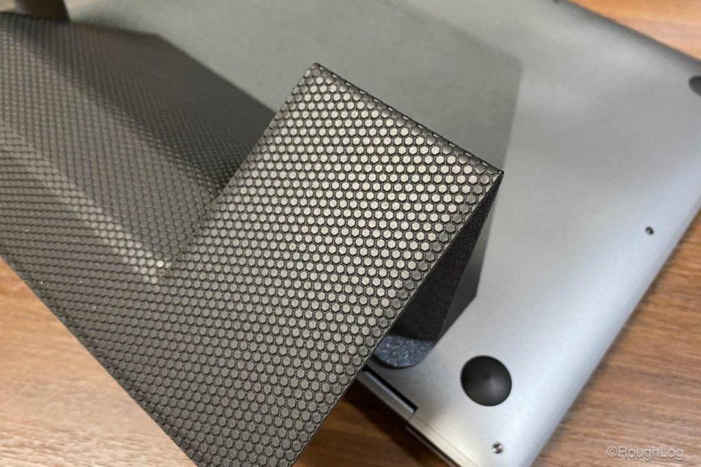 MOFTの底面(デスクとの接地面)は滑り止め加工されているので使用中に動きにくい