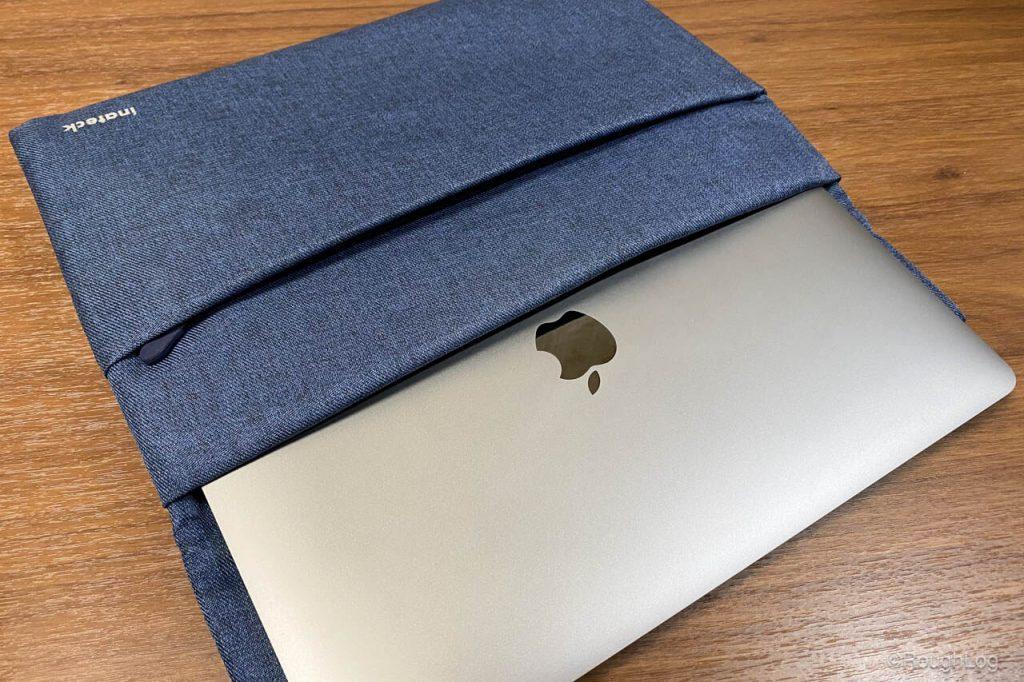 MOFTは世界最薄クラスのノートPCスタンドなのでMacBookに貼り付けしたまま持ち運び可能