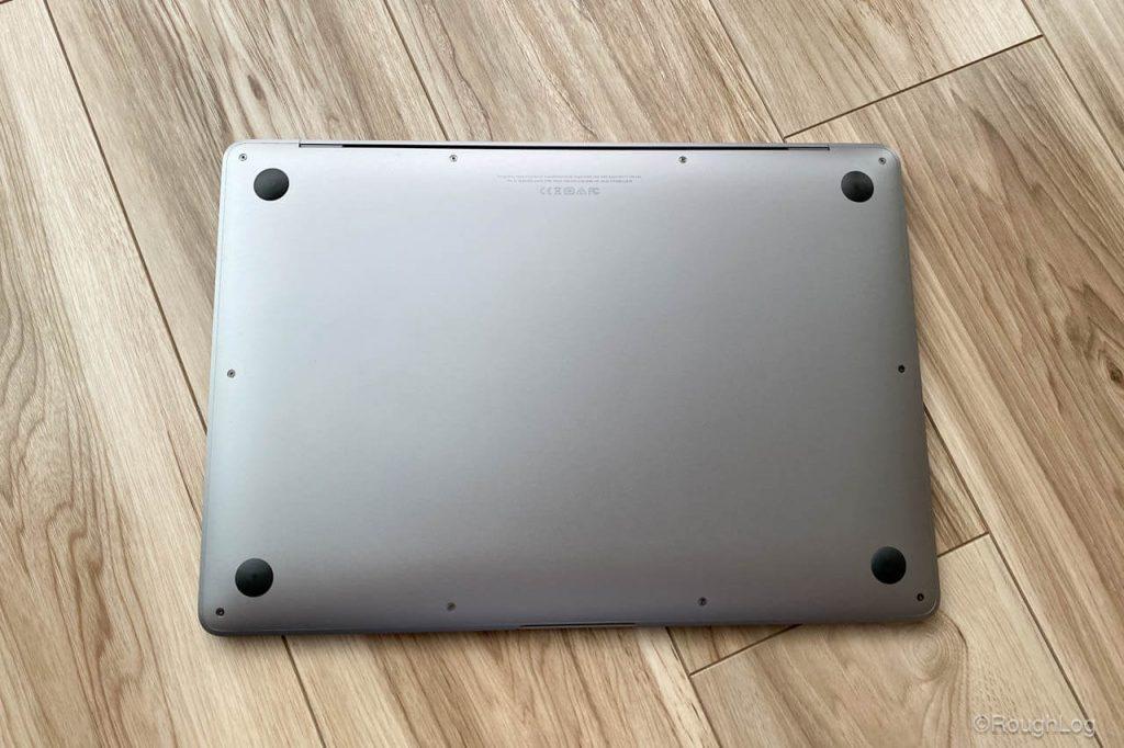 MOFTを貼り付けする前にMacBook Airの底面をキレイに