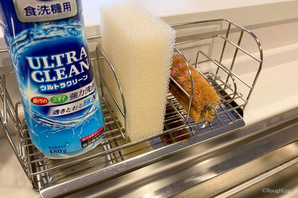 和平フレイズの水が流れるトレイ付きスポンジラックにスポンジや洗剤を置く