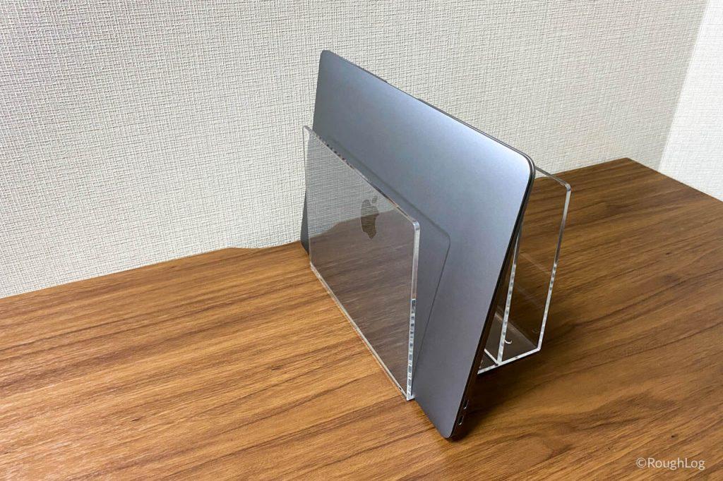 無印良品「アクリル仕切りスタンド」をMacBook Airの縦置きスタンドに使用