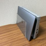無印良品「アクリル仕切りスタンド」はノートPCを複数台収納しても安定している
