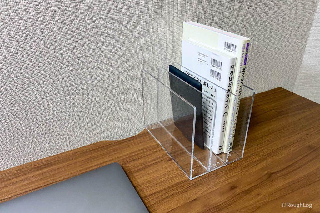 無印良品「アクリル仕切りスタンド」は書籍と一緒に収納できるので汎用的