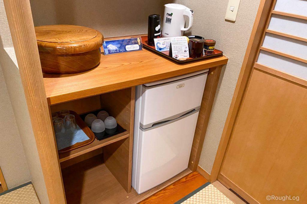 熱海後楽園ホテル タワー館の客室内(冷蔵庫周辺)