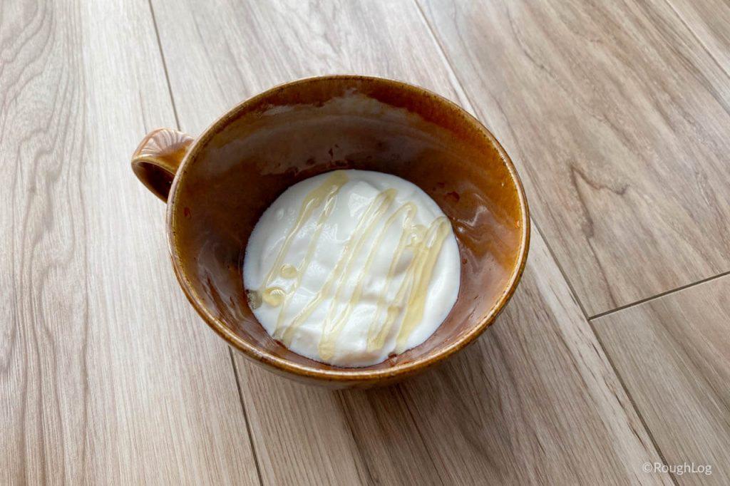 極プレーンヨーグルトにはちみつやジャムをかけて食べる