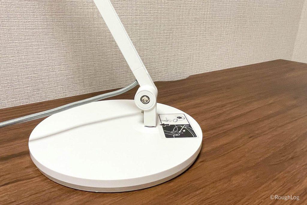 BenQ WiT アイケアLEDデスクライトは台座が重く安定しているので転倒の不安を感じさせない