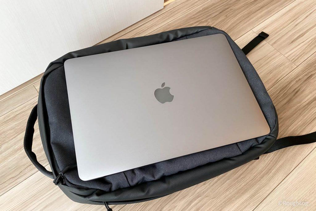 Incaseバックパック「City_Dot_Backpack」は13インチのMacBook Airがピッタリ入る大きさ
