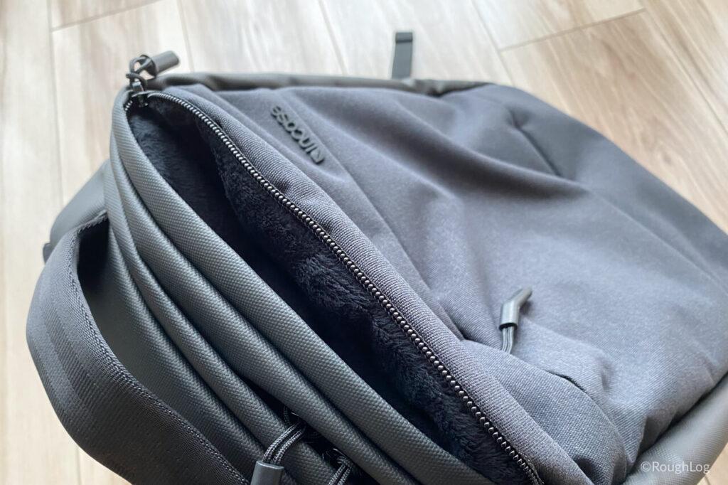 Incase City Dot Backpackのトップパネルポケットは起毛裏地でスマホやアクセサリー等を収納しやすい
