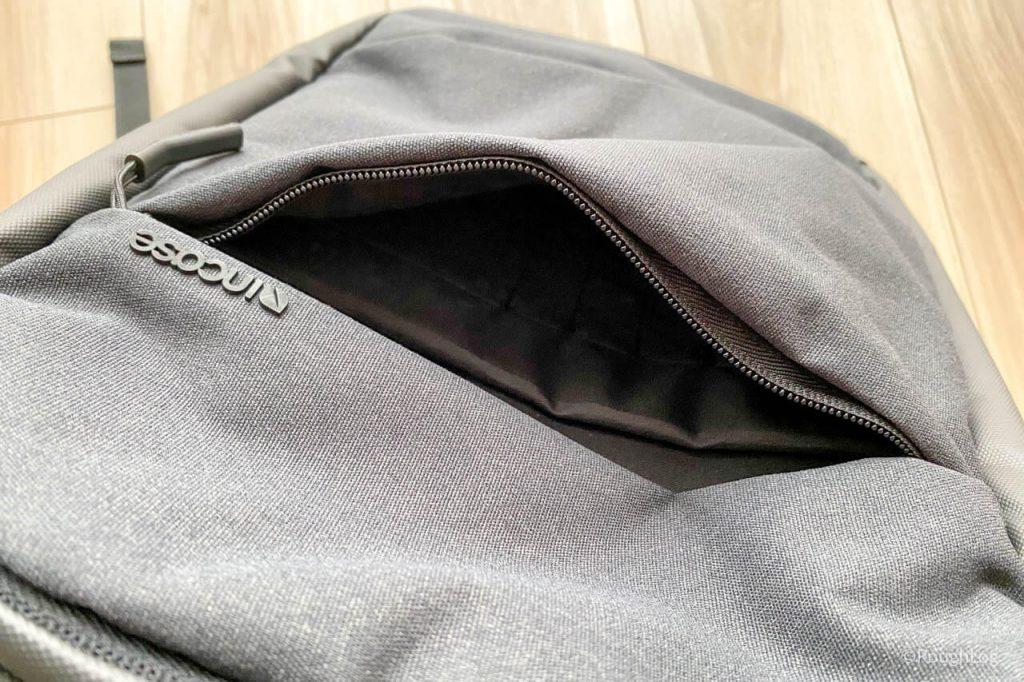 Incase City Dot Backpackのフロントパネルポケットにはタブレットポケット・ペンホルダー・少ポケットを搭載