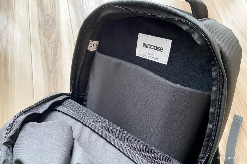 Incase City Dot Backpackのメインポケット内にはPCポケットとメッシュポケットが搭載