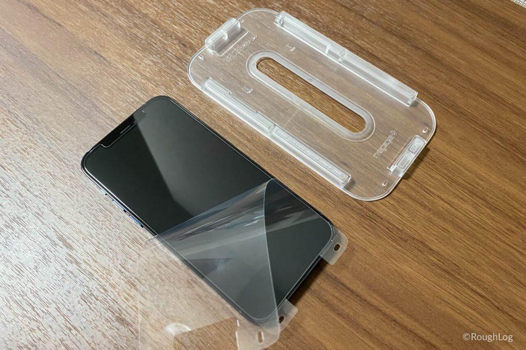 Spigen Glas.tR EZ Fitの透明フィルムを剥がして完了