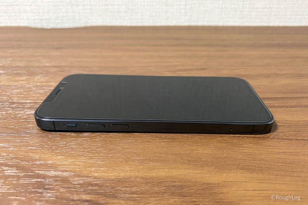 Spigenのガラスフィルム「Glas.tR EZ Fit」を貼ったiPhone 12 Pro